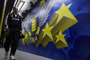 Spillergangen til Br�ndbys omkl�dningsrum, Bent Christensen Arens�e, assistenttr�ner (Br�ndby IF)