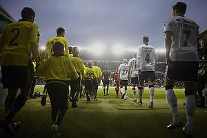 Spillerne g�r ind p� Br�ndby Stadion