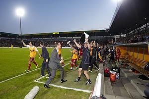 Kasper Hjulmand, cheftr�ner (FC Nordsj�lland) jubler p� tr�nerb�nken over mesterskabet.