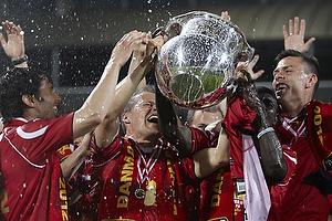 Nicolai Stokholm, anf�rer (FC Nordsj�lland) l�fter DM-pokalen, Michael Parkhurst (FC Nordsj�lland), Enock Kofi Adu (FC Nordsj�lland)
