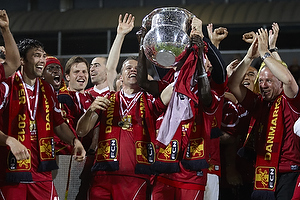 Nicolai Stokholm, anf�rer (FC Nordsj�lland) l�fter DM-pokalen, Enock Kofi Adu (FC Nordsj�lland), Michael Parkhurst (FC Nordsj�lland)