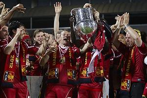 Nicolai Stokholm, anf�rer (FC Nordsj�lland) l�fter DM-pokalen, Enock Kofi Adu (FC Nordsj�lland)