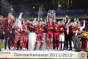 Nicolai Stokholm, anf�rer (FC Nordsj�lland) l�fter DM-pokalen foran sine jublende medspillere