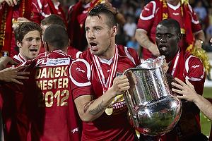 Mikkel Beckmann (FC Nordsj�lland) med DM-pokalen