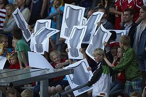 FCN-fans med kopi af DM-pokalen