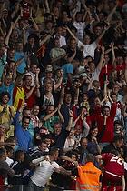 Andreas Laudrup, m�lscorer (FC Nordsj�lland) jubler med fans
