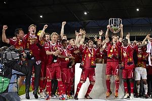Nicolai Stokholm, anf�rer (FC Nordsj�lland) l�fter DM-pokalen