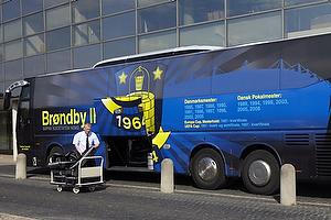 Br�ndby spillerbussen pakkes foran Br�ndby Stadion