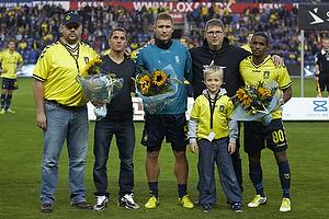 Claus Helgesen, formand (Br�ndby Support) og Peter Nielsen (Br�ndby Support) med blomster til Quincy Antipas (Br�ndby IF) og Martin Albrechtsen (Br�ndby IF)
