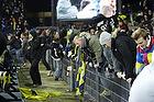 Pitchinvasion p� Br�ndby Stadion hvor fans springer over hegnet til banen