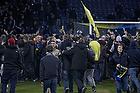 Pitchinvasion p� Br�ndby Stadion hvor fans l�ber ind p� banen efter kampen