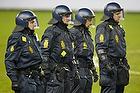 Kampkl�dt politi p� Br�ndby Stadion for at holde FCK-fans og Br�ndbyfans hver for sig