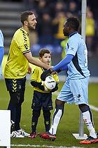 Dagens maskot, Dennis Rommedahl, anf�rer (Br�ndby IF), Adama Tamboura (Randers FC)