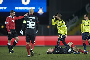 Michael Tykgaard, dommer, Dennis Rommedahl, anf�rer (Br�ndby IF), Petter Andersson (FC Midtjylland)