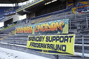 Fanbanner p� en Sydside tribune uden tilskuere