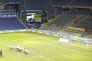 Spillerne samles og g�r f�lles ned til den tilskuere tomme tribune Sydsiden