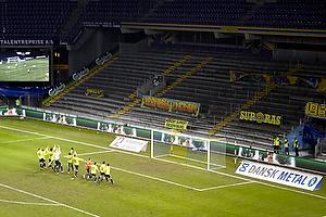 Spillerne samles og g�r f�lles ned til den tilskuere tomme tribune Sydsiden og hvor 3 kontroll�rer m� udg�re det for de flere tusinde fans.