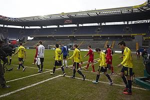 Spillerne g�d p� banen p� et tomt Br�ndby Stadion