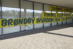 Br�ndbyfans havde h�ngt bannere op til at modtage spillerne