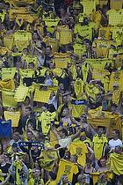 Br�ndbyfans l�fter den gule tr�je