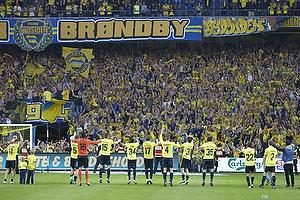 Spillerne hilser p� Sydsiden kl�dt i gult