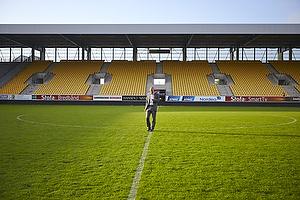 En glad Ole Bjur, sportschef (Br�ndby IF) med g�tur p� banen p� et tomt stadion i Horsens