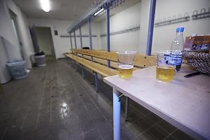 Br�ndbys omkl�dningsrum forladt med resterne fra en fest.