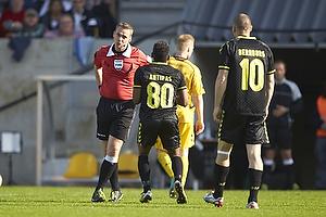 Jakob Kehlet, dommer giver Quincy Antipas (Br�ndby IF) sit andet gule kort og dermed udvisning