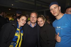 Tommy Sommer H�kansson, adm. direkt�r (Br�ndby IF) med fans ved Br�ndby Stadion