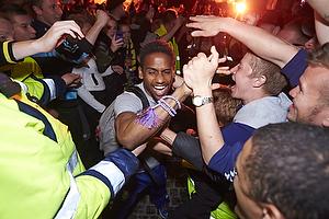 Quincy Antipas (Br�ndby IF) k�mper sig fra bussen igennem fans til Br�ndby Stadion