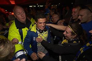 Patrick Da Silva (Br�ndby IF) k�mper sig fra bussen igennem fans til Br�ndby Stadion