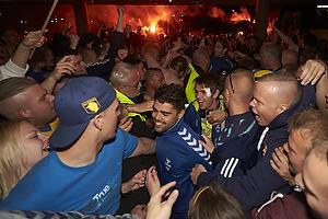 Daniel Norouzi (Br�ndby IF) k�mper sig fra bussen igennem fans til Br�ndby Stadion