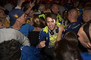 Mathias Gehrt (Br�ndby IF) k�mper sig fra bussen igennem fans til Br�ndby Stadion