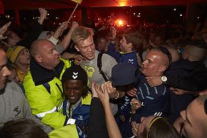 Simon Makienok Christoffersen (Br�ndby IF) k�mper sig fra bussen igennem fans til Br�ndby Stadion