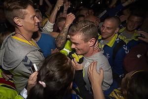 Mikkel Thygesen (Br�ndby IF) k�mper sig fra bussen igennem fans til Br�ndby Stadion