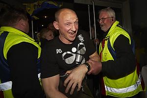 Auri Skarbalius, cheftr�ner (Br�ndby IF) k�mper sig fra bussen igennem fans til Br�ndby Stadion
