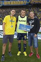 Mikkel Thygesen (Br�ndby IF) med en check til Br�ndby tifo