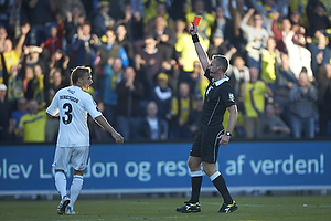Jakob Kehlet, dommer viser det r�de kort til Pierre Bengtsson (FC K�benhavn)
