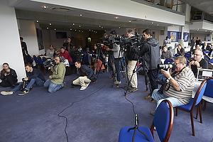 Mange medier m�dt frem til pressem�de