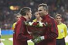 Daniel Agger (Danmark) med blomster til Stephan Andersen (Danmark) for 25 landskampe
