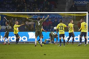 S�ren Larsen (Agf) har scoret men m�let annuleres for off-side