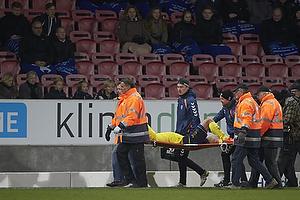 Mikkel Thygesen (Br�ndby IF) b�res fra banen med en overrevet akillessene
