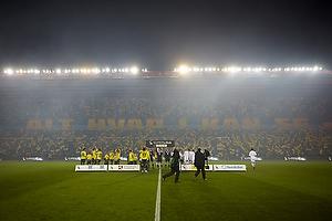 Spillerne fra Br�ndby IF og FC K�benhavn g�r p� bann p� Br�ndby Stadion kl�dt i flag