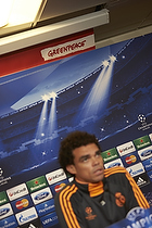 Pepe (Real Madrid CF) foran Greenpeace banner