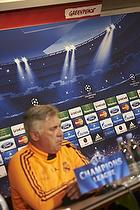 Carlo Ancelotti, cheftr�ner (Real Madrid CF) foran Greenpeace banner