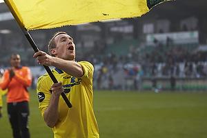 Thomas Kahlenberg, anf�rer (Br�ndby IF) med et stort Br�ndbyflag