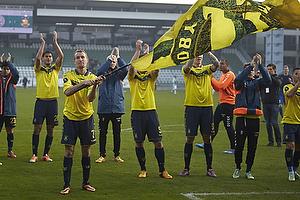 Thomas Kahlenberg, anf�rer (Br�ndby IF) med et stort Br�ndbyflag og resten af holdet