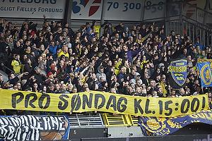 Br�ndbyfans med banner for kamptidspunkt kl. 15:00