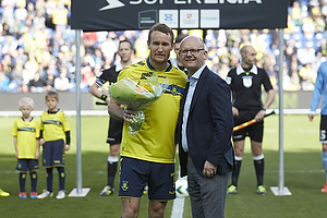 Per Rud, sportschef (Br�ndby IF) med blomster til Thomas Kahlenberg, anf�rer (Br�ndby IF) for 150 kampe for Br�ndby IF