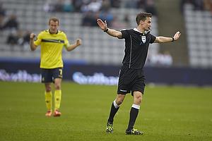 Kenn Hansen, dommer fl�jter kampen af og Thomas Kahlenberg, anf�rer (Br�ndby IF) jubler i baggrunden over en 2-1 sejr til Br�ndby IF